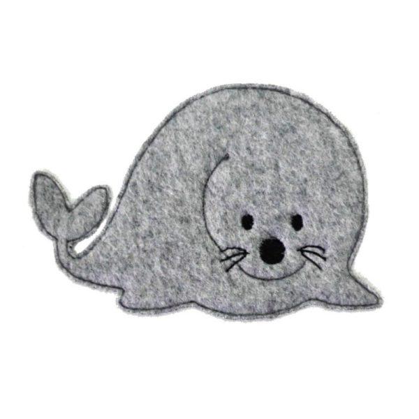 Kleine-Robbe-gestickt-ca-10x8cm-in-grau-auf-weißem-Filz-Stickdatei-Feinlieb