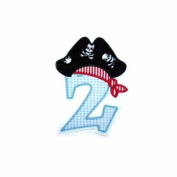 Piratenzahl XL 14,5cm gestickt auf weiß in hellblau mit rotem Kopftuch und Totenkopfhut