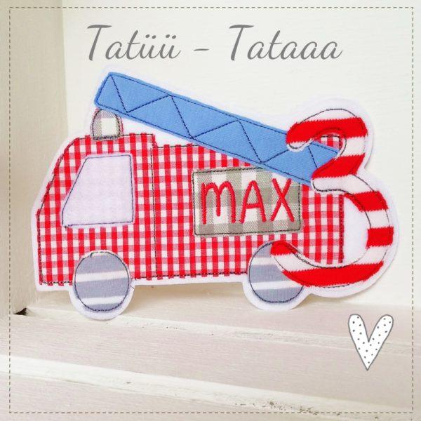 Feuerwehrauto mit Wunschnamen sowie Wunschzahl in rot mit hellblau und grau 18x13cm gestickt auf weißen Textilfilz