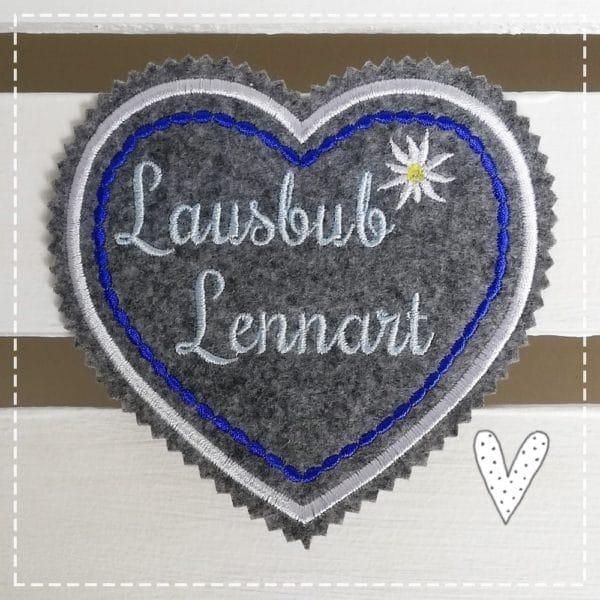 Lennart Lausbub gestickt auf hellmelierten Filz in hellblau mit azurblau zum Aufbügeln.Herzaufnäher Applikation Bügelbild Oktoberfest 2018