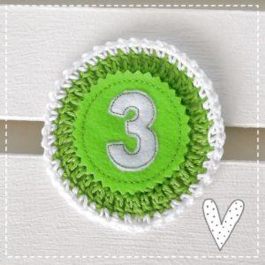 Anstecker für den Geburtstag – apfelgrünweiß – 11cm mit Wunschzahl