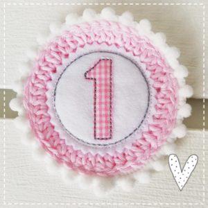 Anstecker für den Geburtstag – rosa/weiß – 11cm mit Wunschzahl