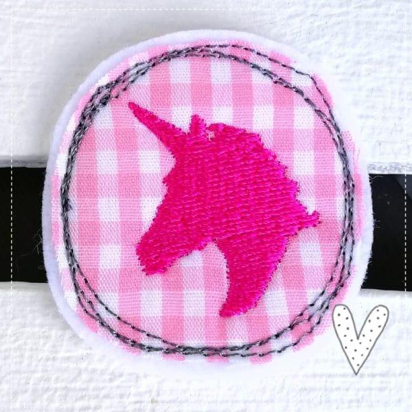 Mini Einhorn Aufnäher kleines Schildchen 4,5cm im Durchmesser gestickt auf rosa karierter Baumwolle mit pinken kleinen Einhorn zum Aufbügeln