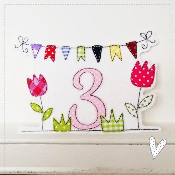 Tulpe Wiese Wimpelkette und Wunschzahl Doodle Stickerei gestickt auf weißen Textilfilz mit bunten farbenfrohen Stoffen 18x13cm zum aufbügelb für den Kindergeburtstag