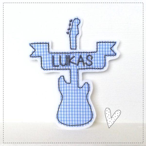 Doodle Gitarre Aufnäher Gitarre in hellblau kariert mit Wuschnamen gestickt auf weiß mit dunkelgrau