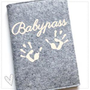 Mutterpasshülle – Babyhändchen –  aus 100% Wollfilz, verschiedene Farben