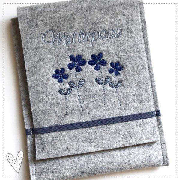 Mutterpasshülle aus 100% Wollfilz bestickt mit Blumen. Wollfilzhülle Gummibandhülle aus Filz Umschlaghülle aus Filz Filzeinband marine mit grau mit Blumen