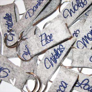 Schlüsselanhänger grau meliert bestickt mit deinem Wunschnamen