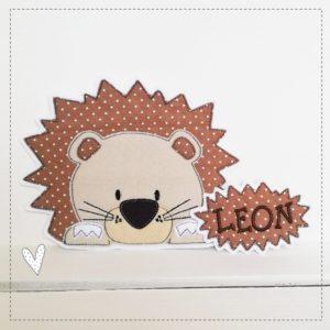 Löwenkind mit Namensschildchen –  braun
