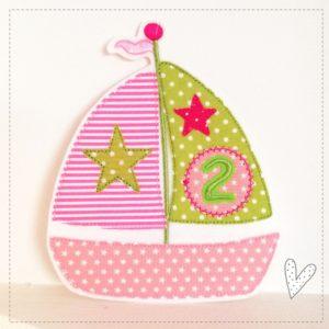 Versandfertig – Segelschiff mit einer 2 – apfelgrün/rosa/pink