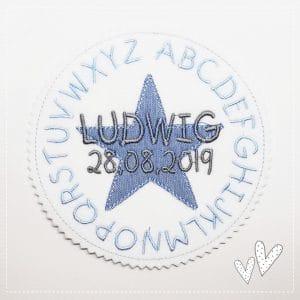 Alphabet hellblau/grau – 13 cm – mit Wunschdaten