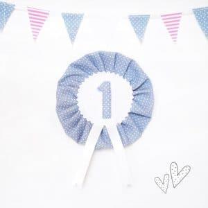 Anstecker für den 1.Geburtstag – graublau/hellblau – 9,5cm mit Wunschzahl