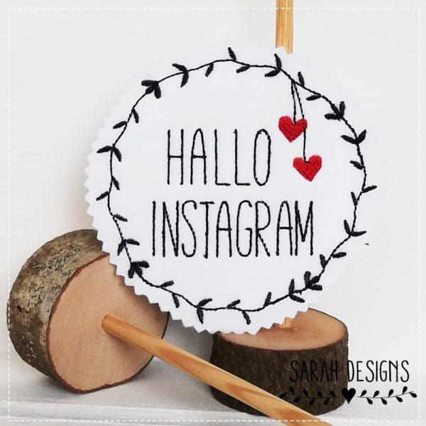 Instagram Aufnäher Namensschild Applikation mit Wunschname Papinger Stoffcut Name Stickerei auf weissen Textilfilz 11cm Durchmesser