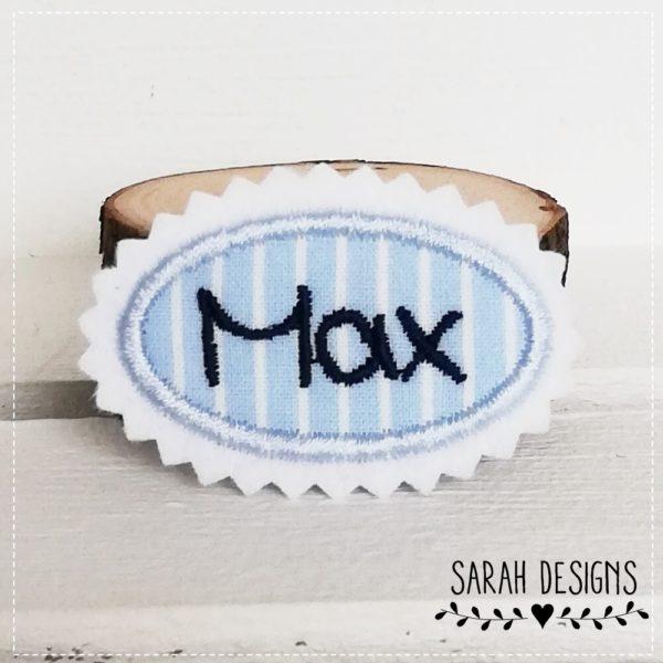 Mini Namensschild Minischild Aufnäher ganz klein in hellblau mit marineblau und deinem Wunschnamen gestickt auf weissen Textilfilz 5,5cm x 3,5
