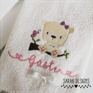 Frotteehand bestickt mit Wunschnamen und kleinem Bär 60cm x 40cm groß in cremeweiss 100% Baumwolle2019