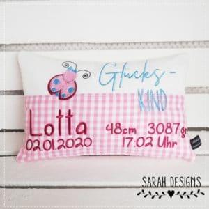 Geburtskissen mit Wunschdaten in rosa mit beere und einem Marienkäfer bestickt 30x20cm groß und individuell gestaltet.