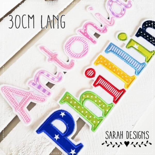 Langer Wunschname in Form von Buchstaben gestickt auf weissen Textilfilz in deiner Wunschfarbe gestaltet, als Applikation mit deinen Stoffen und Wunschfarben