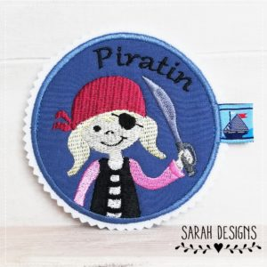 Bügelbild  Piratenmädchen Button – blau/rosa – 10,5cm