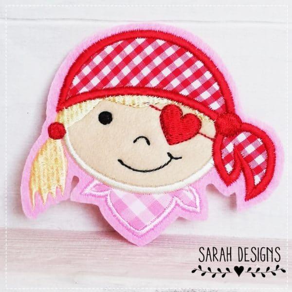 Piratenmädchen Pirat Rockqueen Applikation zum aufbügeln oder festnähen 11cm x 9cm gestickt in rosa mit rot auf Textilfilz in rosa