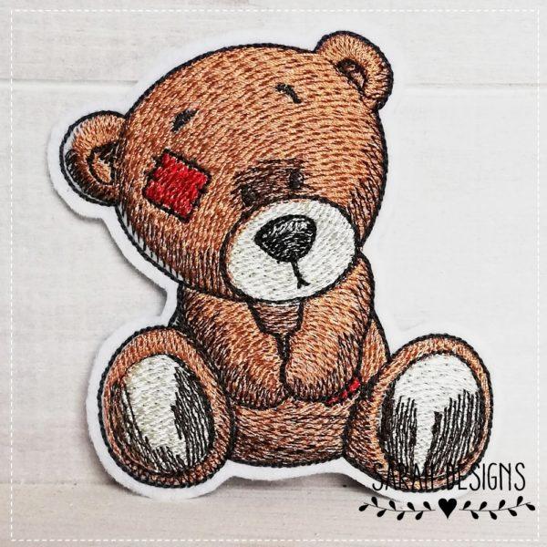 Teddy Aufnäher Bügelbild Bär Teddybär Vintage gestickt auf weißen Textilfilz in braun mit roten Flicken 10,5cm x 10cm