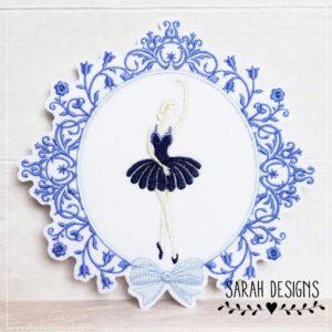 Sofortkauf – Bügelbild Ballerina im Barockstil – blauflieder/marineblau