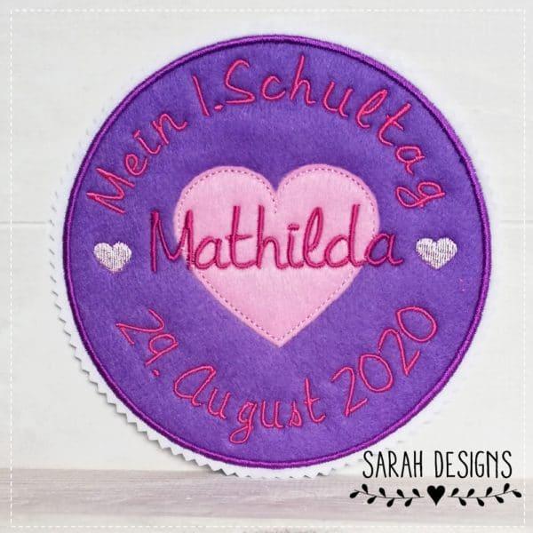 Aufnäher Mein erster Schultag in lila mit pink 15cm durchmesser gestickt auf weissen Textilfilz